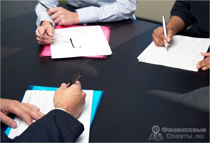 Директор должен заключить трудовой договор с каждым из сотрудников